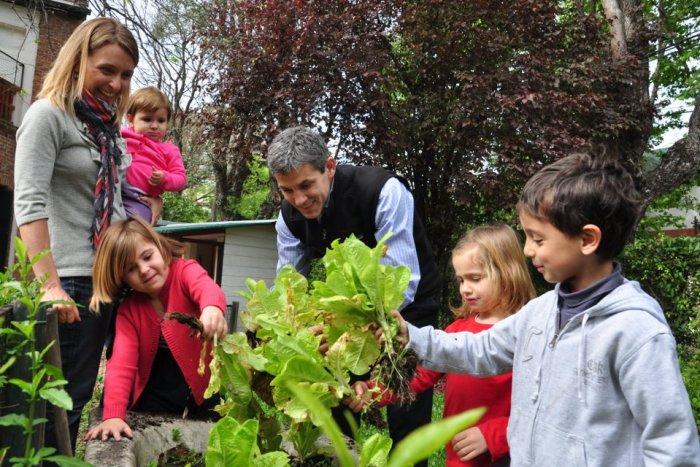 1- Familia con las lechugas: Virginia, Agust'n, Renata y Luisa (la bebe) Minoyetti junto a M'a Dondi y Salvador Caviglia. FOTO GUSTAVO BOSCO