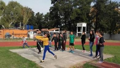 Photo of Asistencia municipal: Entrega de zapatillas y mobiliario a escuelas de Laferrere y Castillo