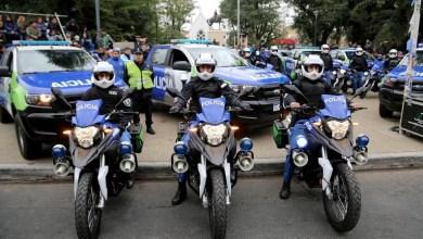 Photo of Pase de factura de Verónica Magario a Ritondo durante la entrega de patrulleros