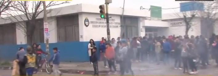 Denuncian que el portero de una escuela de Rafael Castillo abusó de chicos