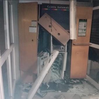Así hicieron estallar un cajero automático para robarle el dinero
