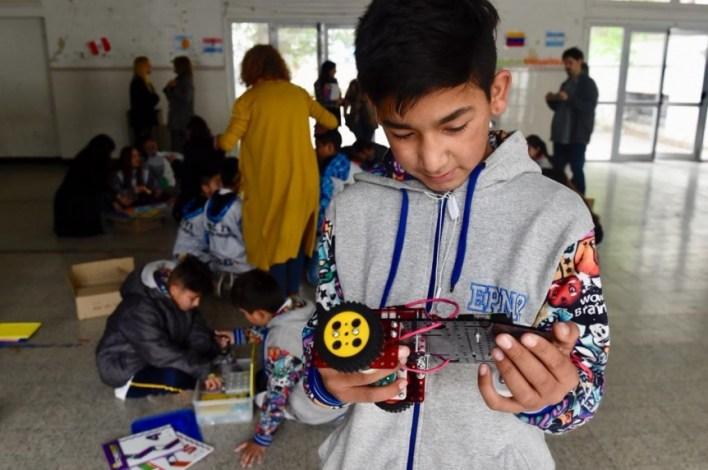 En febrero la Provincia entregó 6.200 kits y la robótica educativa llegará a mil escuelas más