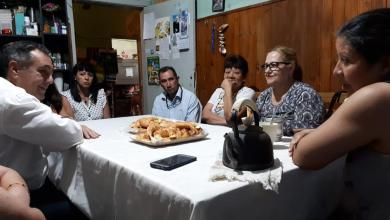 Photo of Finocchiaro en una charla con vecinos en Laferrere