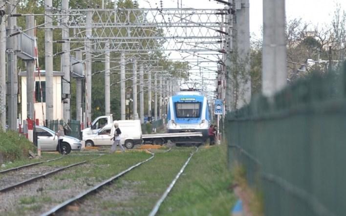 La Plata: una mujer de 52 años cruzó las vías distraída con el celular y la mató un tren