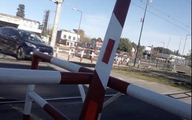 Caos de tránsito por el paro en La Plata: automovilistas rompieron barreras de los paso a niveles para avanzar