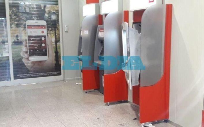 """Intentan """"reventar"""" un cajero automático en La Plata y detienen a un sospechoso"""