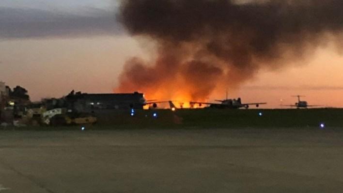 Incendio junto al aeropuerto de El Palomar: todos los vuelos suspendidos