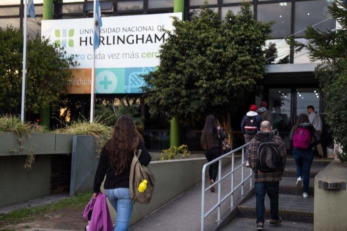 Universidad de Hurlingham: Inauguran mural e intervienen senda peatonal con temática LGBT