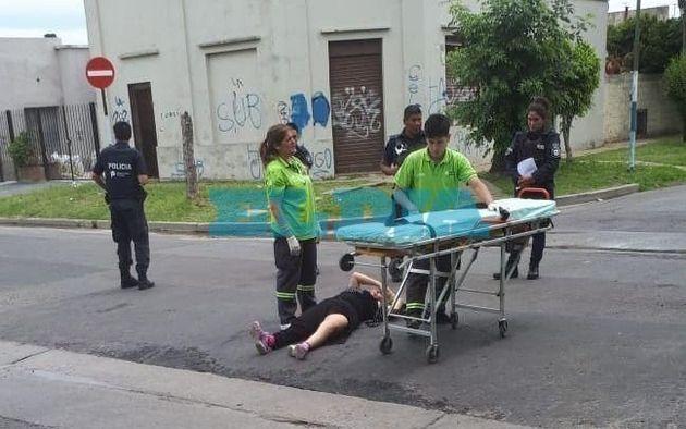 Horror e indignación en La Plata: motochorros le robaron a una mujer y la tiraron de la bicicleta