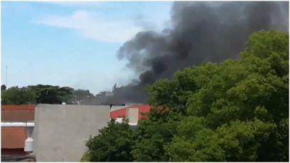 Se incendió una fábrica de pinturas en Hurlingham y evacuaron a vecinos