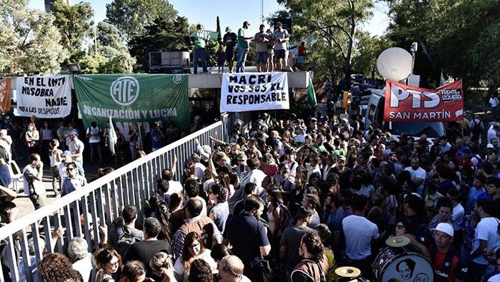 Trabajadores despedidos por Macri retornan a sus empleos en Argentina