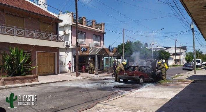 Morón: Se incendió un auto y el conductor se salió ileso de milagro
