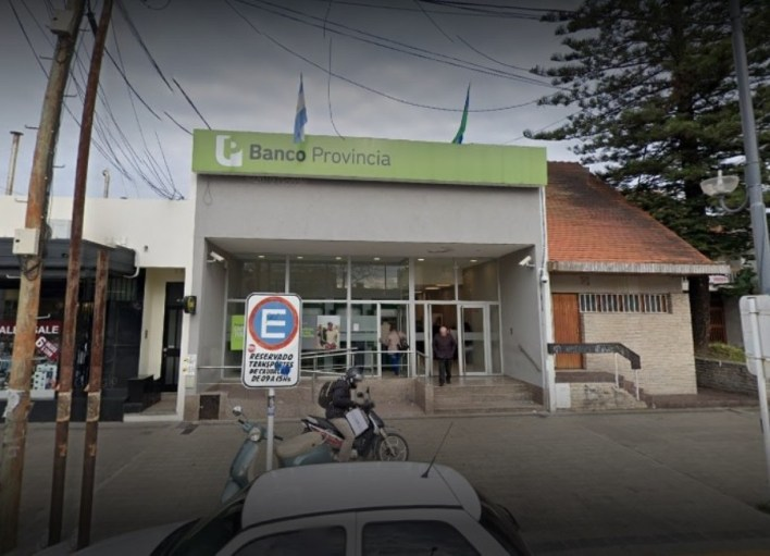 Degenerado suelto en La Plata: acusan a un empleado de seguridad del Banco Provincia por manosear a una joven