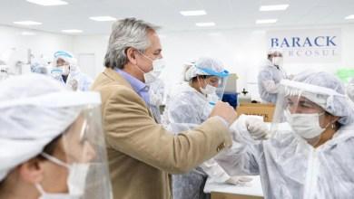 Photo of El Presidente visitó una empresa de autopartes que hoy fabrica barbijos y pidió a los trabajadores no bajar los brazos