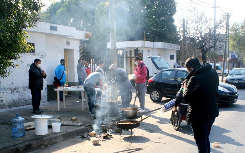 """Trabajadores de la fábrica """"El Orden"""" cortaron Ruta 3 frente a la planta, reclamando pago de salarios adeudados"""