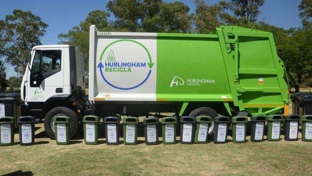 Un nuevo camión y más de 100 contenedores para el plan de reciclaje de basura en Hurlingham