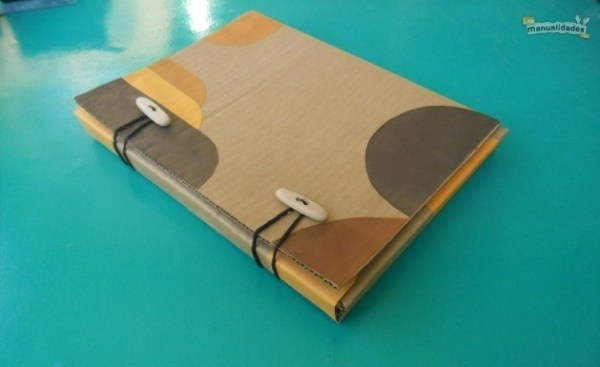 Cómo hacer una carpeta de cartón reciclado final