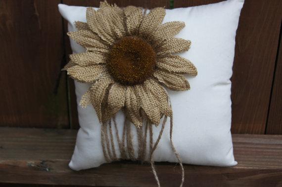 Flores de arpillera decorando un almohadón
