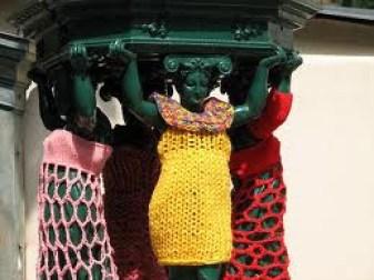 Tejido callejero en estatuas mujeres cubiertas con vestidos tejidos