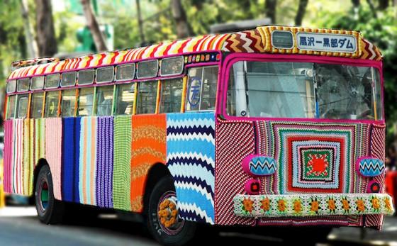 Tejido callejero en un ómnibus cuadros de crochet en colores cubriendo completamente un bus