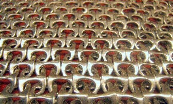 Cómo hacer un tejido con anillas de latas