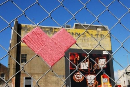 Corazón de lana en una alambrada