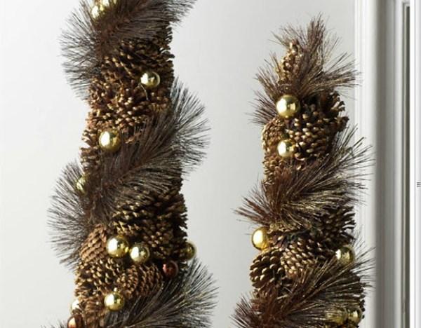 Originales arboles de navidad con piñas de pino