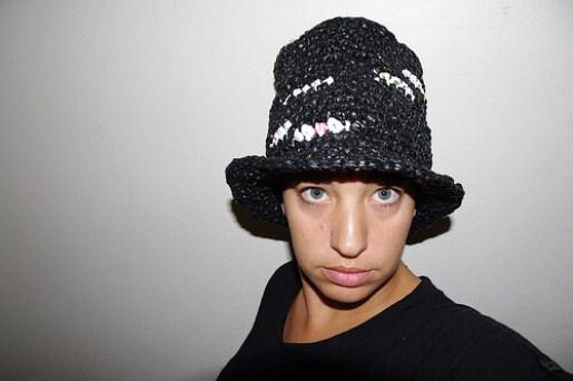 Sombrero hecho con reciclaje de bolsas