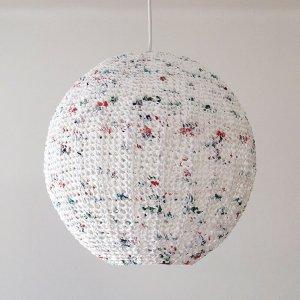Lámpara hecha con bolsas recicladas a crochet