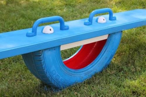 juguetes con materiales reciclados sube y baja hecho con medio neumático