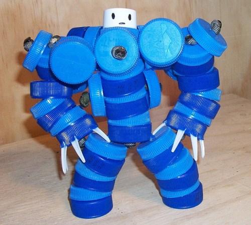 juguetes con materiales reciclados soldado para jugar hecho con tapas recicladas