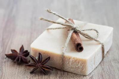 Jabones artesanales idea de presentación de jabón con hilo sisal y una ramita de canela