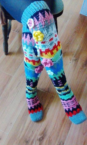 Patrones de calcetines y medias largas de colores con flores de crochet