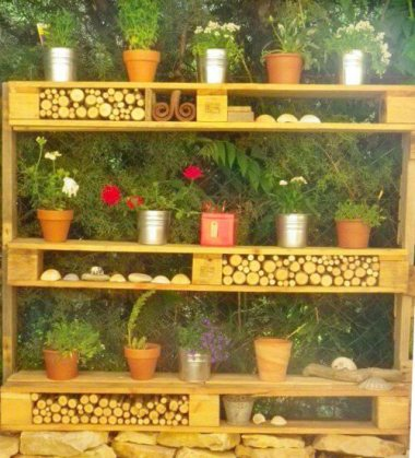 Diseño de estantería reciclada para el jardín