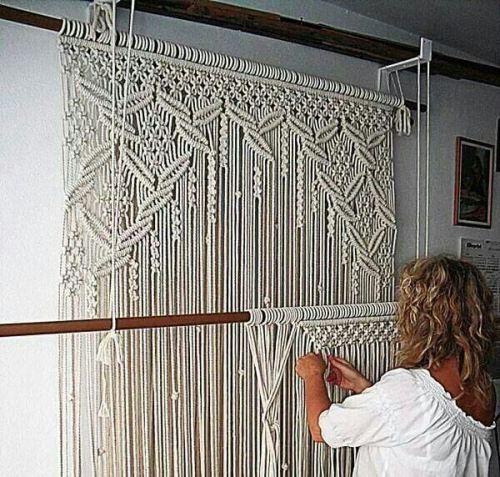 Ideas para decorar con macramé mujer tejiendo un tapiz artesanal