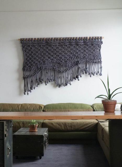 Moderno tapiz para la sala en macramé