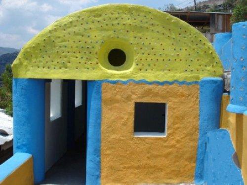 Casas hechas con botellas pintadas