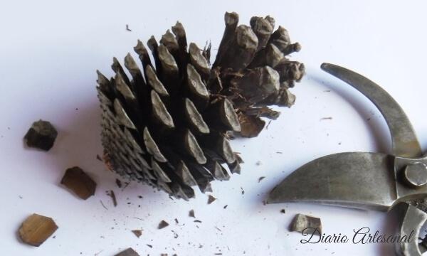 Corte de la piña para hacer un candelabro