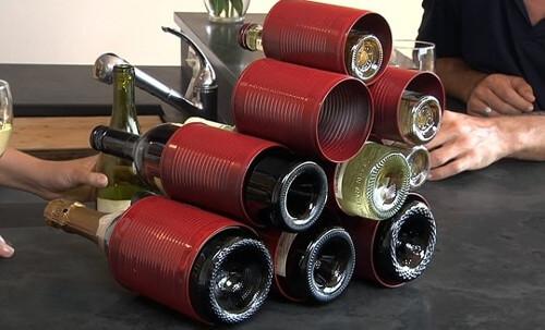 Portavinos con latas recicladas