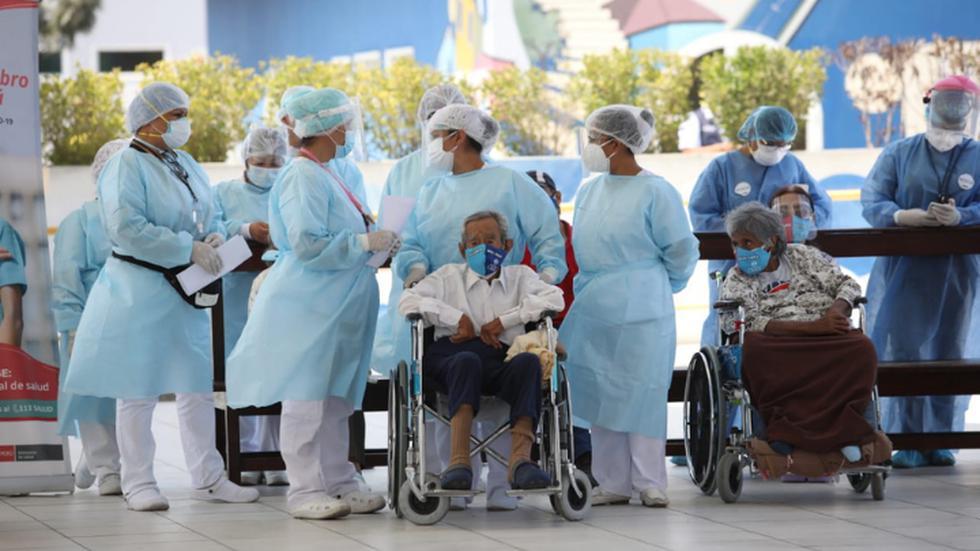 Un total de 108 adultos mayores del albergue municipal María Rosario Aráoz, ubicado en San Juan de Miraflores, recibieron este martes la segunda dosis de la vacuna Pfizer contra el COVID-19. (Foto: Britanie Arroyo / @photo.gec)