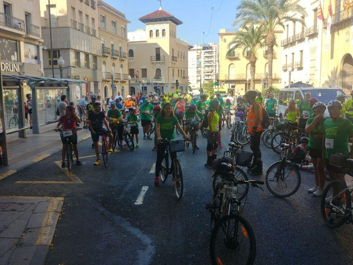 Más de 200 personas se suman a la Marcha Urbana Ciclista y Patinadora de Elche