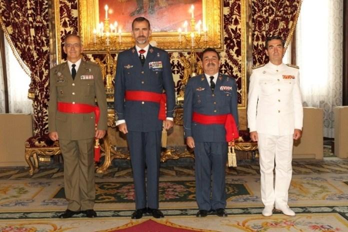 Manuel Mestre con bigote) al lado del rey Felioe VI/ Casa Real.