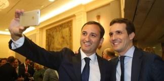 """César Sánchez haciéndose un """"selfie"""" con Pablo Casado / @sanchezcesar"""