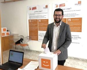 Ignasi Candela votando en las primarias de Compromís.
