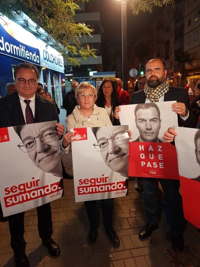 Paco Sanguino, Ana Barceló, Carlos Giménez y José Asensi posando con el cartel del PSOE y del PSPV/ Alex Ferrer.