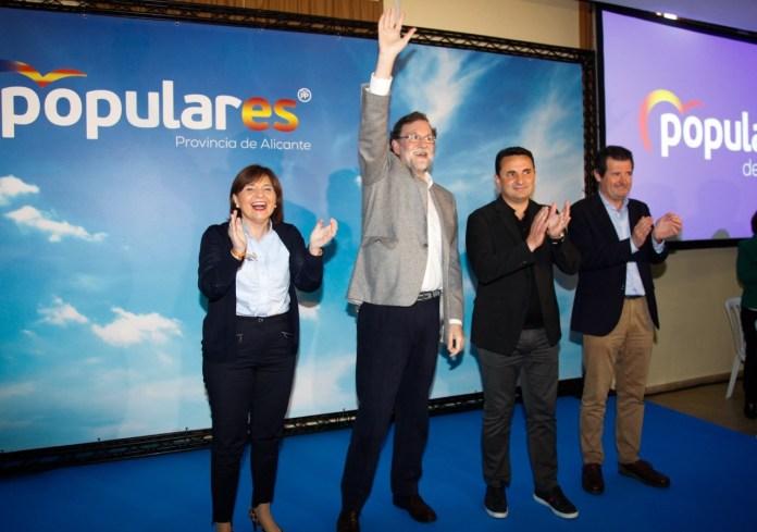 Rajoy saludando en su mitín en La Nucía junto a Bonig, Cano y Císcar.