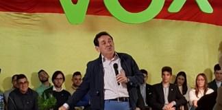 Manuel Mestre tocando la bandera de España en su intervención/ Alejandro Ferrer.