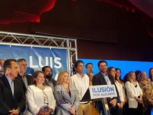 Barcala escuchando el himno de Alicante con toda su candidatura /Alex Ferrer