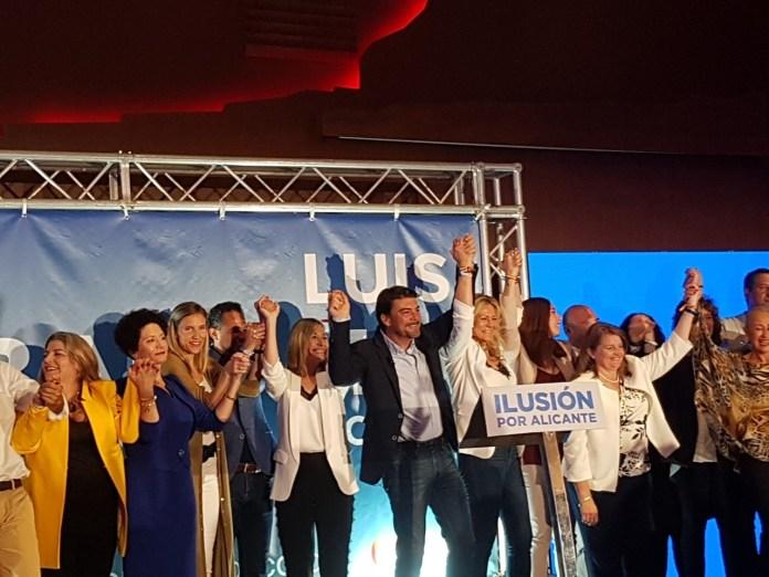 Barcala levantando las manos efusivamente junto a toda su candidatura / Alex Ferrer