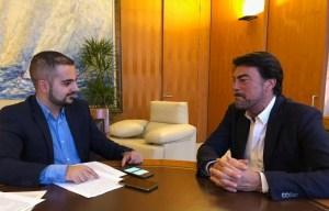 Luis Barcala durante la entrevista en su despacho de Alcaldía / Alex Ferrer